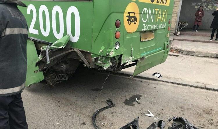 В Харькове BMW врезался в маршрутку: пострадали шесть человек