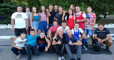 Вихованці гуртка «Важка атлетика «Титан» привітали балаклійців зі святами