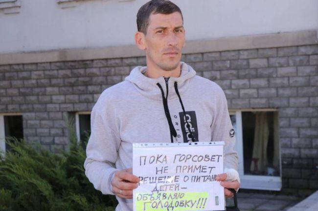 Под Харьковом люди вышли на пикет, угрожают голодовкой
