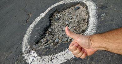 Балаклейский Автодор нашел гениальный способ борьбы с ямами, - ВИДЕО
