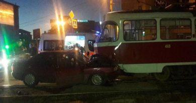 В Харькове водитель намеренно протаранил трамвай
