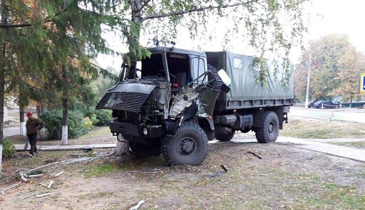 В Изюме военный автомобиль врезался в дерево