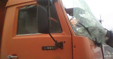 столб на машину