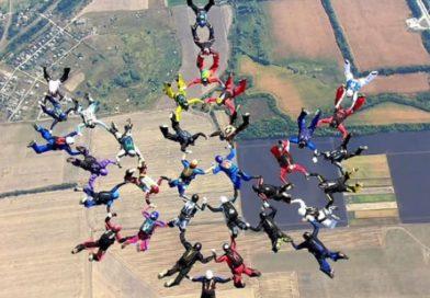 На Харківщині парашутисти з 12 країн створили в небі тризуб
