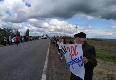 Под Харьковом люди вышли на протест (фото, видео)