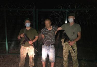 На кордоні з Росією затримали чоловіка, який кілька хвилин під камерами перелазив через «стіну Яценюка»
