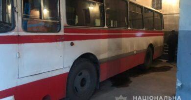 автобус прижал водителя к стене