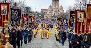 тысячи верующих вышли на крестный ход