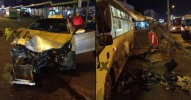 В Харкові на маршрутку з людьми впала електроопора