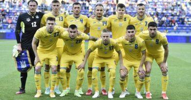 УЄФА вимагає від збірної України прибрати з футболок напис «Героям слава»