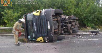 На трассе под Харьковом перевернулся грузовик
